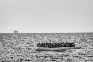 Una de las fotografías tomadas por Francesco Zizola para Noor, que han sido galardonadas con el segundo premio Historias, en la categoría de Asuntos Contemporáneos, de la 59ª edición de los Premios World Press Photo 2016. La imagen muestra una lancha neumática llena de inmigrantes libios antes de ser rescatados por la ong Médicos Sin Fronteras en aguas del Mediterráneo, el 26 de agosto de 2015.