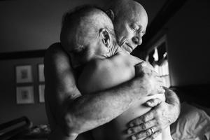 """Serie ganadora del segundo premio en la categoría de proyectos a largo plazo de la 59 edición del World Press Photo, tomada por la fotógrafa Nancy Borowick. Esta fotografía pertenece a la serie titulada """"Vida y Muerte"""", una serie formada por instantáneas que la fotógrafa tomó de sus padres que sufrían cáncer en estadio IV al mismo tiempo."""
