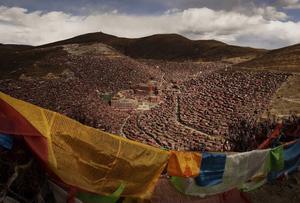 Tomada por el fotógrafo Kevin Frayer esta imagen muestra banderas de plegaria, conocidas como Lung-ta, en el valle Larung, provincia de Sichuan, China.