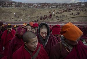 Foto de la serie ganadora del segundo premio en la categoría Vida cotidiana de la 59 edición del World Press Photo, tomada por el fotógrafo Kevin Frayer. La fotografía muestra a monjas budistas tras una sesión de canto en Sertar, provincia de Sichuan, China, el 30 de octubre de 2015.