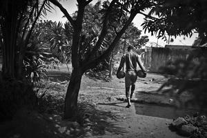 """Una de las imágenes captadas por el fotógrafo Tara Todras-Whitehil que han sido galardonadas con el tercer premio Historias, en la categoría de deporte, de la 59ª edición de los Premios World Press Photo 2016. La serie retrata a los miembros del equipo de futbol """"Supervivientes del Ébola""""en la ciudad de Kenema, en Sierra Leona, el 21 de abril de 2015."""