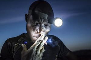 Esta fotografía del esloveno Matjaz Krivic que ha sido galardonada con el segundo premio Gente, en la categoría individual. La imagen muestra a un minero apurando su cigarrillo antes regresar al trabajo en Bani, Burkina Faso.