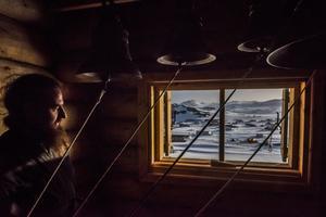 Esta imagen forma parte de la serie ganadora del primer premio en la categoría Vida cotidiana de la 59 edición del World Press Photo, tomada por el fotógrafo Daniel Berehulak para el New York Times. La fotografía muestra al padre Benjam Maltzev en la base Bellingshausen, en la isla Rey Jorge, Islas Shetland del Sur, Antártica, el 3 de diciembre de 2015.