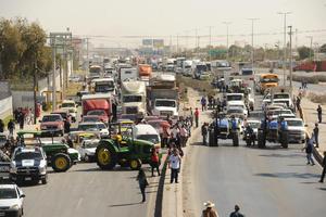 Productores de La Laguna bloquearon el Periférico en protesta.