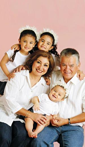 21022016 Natalia y Salvador muy contentos en compañía de sus nietas: Estefanía, Alexandra y Mariana.