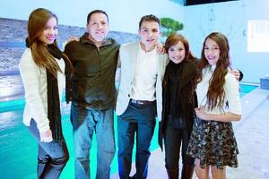 21022016 CELEBRA EN FAMILIA.  Iván acompañado de sus papás, Iván y Lily, y sus hermanas, André y Miriam.