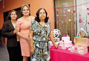 21022016 Nadia acompañada de su mamá, María del Carmen Martínez Anaya, y su suegra, Guadalupe Martínez Grijalva.
