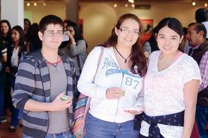 22022016 EN UNA DEGUSTACIÓN.  Raymundo, Oly y Kim.