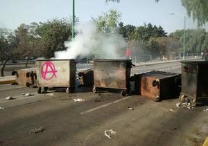 """La detención de uno de los líderes """"anarquistas"""", provocó disturbios en las inmediaciones de la Facultad de Filosofía y Letras, en Ciudad Universitaria, de acuerdo con fuentes oficiales."""