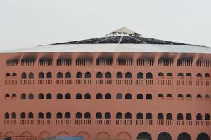 Daños tanto al interior como al exterior se aprecian en el Coliseo Centenario.