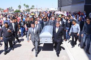 Allí, una carroza blanca lo transportó al edificio del PRI donde le hicieron otro homenaje.
