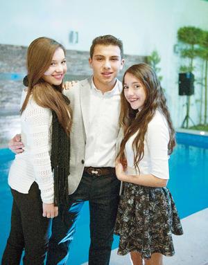25022016 ACOMPAñAN AL CUMPLEAñERO.  Iván con sus hermanas, André y Miriam.
