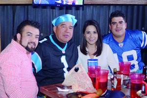 27022016 EN SU RESTAURANTE FAVORITO.  Vicente, Alberto, Diana y Beto.