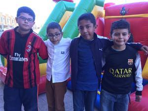 27022016 ACOMPAñAN AL CUMPLEAñERO.  Emiliano con sus amigos.