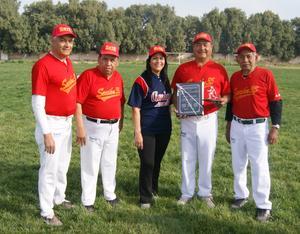 28022016 RECONOCEN SU TRAYECTORIA DEPORTIVA.  Hipólito Polo Mireles con su equipo de jubilados, Amigos de Pat.