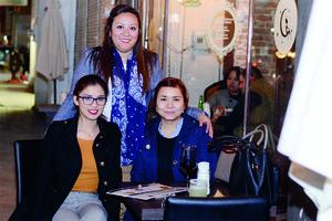 29022016 DE PASEO.  Silvia, Fátima y Dulce.