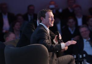 Es sexto el creador de la red social Facebook, Mark Zuckerberg, con 44 mil 600 millones de dólares.