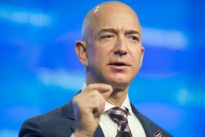 Jeff Bezos, fundador del comercio por internet, Amazon, con 42 mil 500 millones de dólares, tiene el quinto puesto.