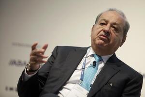Luego de acumular la mayor pérdida en su fortuna personal entre las personas más acaudaladas del mundo, el magnate mexicano Carlos Slim descendió del segundo al cuarto lugar en la lista de multimillonarios de la revista Forbes.