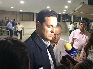 El exgobernador de Durango, Ismael Hernández acudió al hospital particular donde se registró el fallecimiento del político y empresario, Carlos Herrera Araluce.