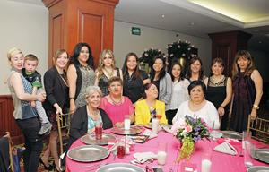 01032016 A UN PASO DEL ALTAR.  Cristina Yáñez con algunas de las invitadas a su despedida de soltera.