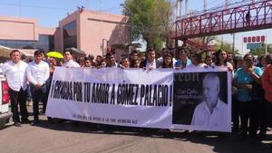 Mantas en apoyo a la familia se mostraron a las afueras de la presidencia municipal.