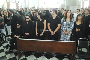 La familia del empresario durante la misa.