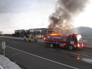 Con el fuerte impacto se incendió el motor del tractocamión que cargaba los vehículos y el fuego se propagó de manera rápida hacia el resto de la cabina y todos los vehículos en pocos minutos.