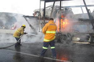 La lejanía del lugar donde ocurrió el accidente, provocó que el auxilio llegara un poco tarde, pues las llamas se extendieron de manera fácil hacia todos los vehículos.