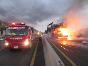 """Los """"apagafuegos"""" procedieron de inmediato a sofocar las llamas, pero ya el fuego se había encargado de acabar con todos los vehículos."""