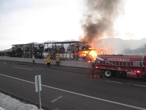 Al llegar los elementos de Bomberos y Protección Civil, ya el fuego había consumido el tractocamión marca Freightliner, modelo 2007, color amarillo, con placas 638-DL3, el cual arrastraba un remolque tipo nodriza con 12 vehículos, que también se estaban incendiando.
