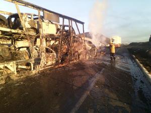 Se recibió el reporte de C-4 sobre el incendio de un tractocamión en el kilómetro 184 de la citada autopista.