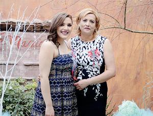 06032016 La novia lució muy contenta al lado de su mamá, Nereida Richart Landeros.