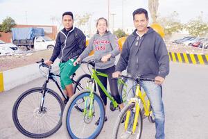 05032016 POSAN PARA LA FOTO.  Óscar, Alejandra y Fernando.