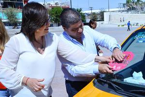 El alcalde Miguel Riquelme  colocó las estampillas que acreditan a los vehículos como taxis seguros.