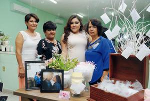 09032016 POR CASARSE.  Karina Lucía Sifuentes con Mayela Canales Castañeda, Amparo Castor Morales y Lucía Castor Morales, organizadoras de su despedida de soltera.