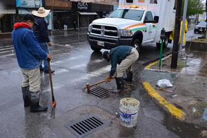 Trabajadores del Simas realizaron labores de desagüe desde temprana hora.