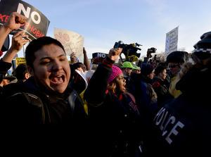 Centenares de personas se manifestaron contra el aspirante presidencial republicano.