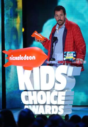 """Adam Sandler aceptó el premio por película animada favorita por """"Hotel Transylvania 2""""."""