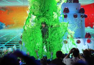 """La ceremonia fue animada por Blake Shelton, quien no se escapó de un """"baño verde""""."""