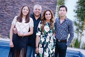 14032016 FESTEJAN EN FAMILIA.  Juan Carlos y Laura con sus hijos, Silvana y Juan Carlos.