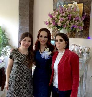 13032016 Gratos momentos vivió la festejada en este día tan emotivo junto a su prima, Bibiana Robles, y su hermana, Daniela Esparza.