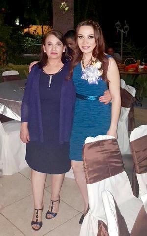 13032016 Marcela Esparza Flores en compañía de su mamá, la Sra. Beatriz Flores.