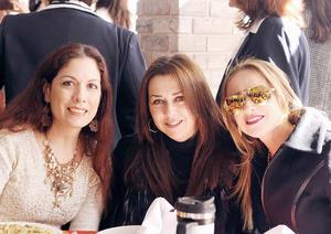 14032016 EN RECIENTE FESTEJO.  Lorena, Lily y Ana.