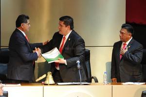 Herrera Caldera entregó el documento que contiene su Informe.