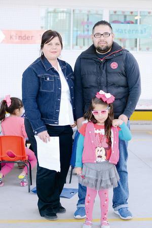 16032016 EN FAMILIA.  Fabián, Valentina y Ruth.
