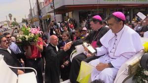 El nuevo obispo de Gómez Palacio salió a las calles del Centro para realizar un recorrido donde tuvo su primer contacto con los fieles católicos de este municipio.