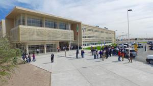 Las instalaciones se ubican en donde anteriormente se encontraba la Facultad de Ingeniería Mecánica y Eléctrica, al oriente de la ciudad.