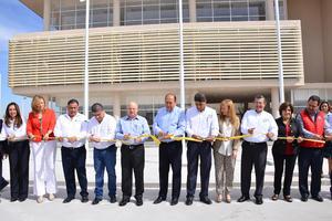 Al evento asistieron autoridades educativas y de gobierno, quienes cortaron el listón.