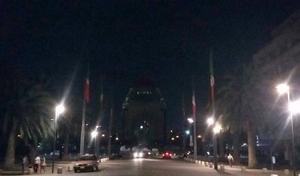 El Monumento a la Revolución también se quedó sin su tradicional iluminación para unirse a la causa.
